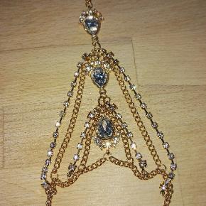 meget flot gylden indisk armbånd med glimtrende cz.hvid krystaller