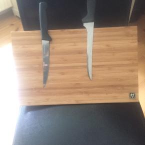 Kniv blok af træ Den er til at have stående på bordet    Ny  Kniven med følger ikke.