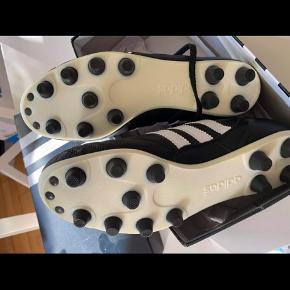Adidas Copa Mundial fodbold støvle med faste knopper i str. 40 nypris kr. 899,00 sælges for 500,00 Sælges for min kære mor. Har aldrig nogensinde været brugt har bare ligget i kassen bud er velkommen