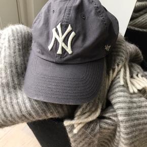 NY Yankees cap i distressed Grey. Mener farven hedder Cement.  Original. Udsolgt.
