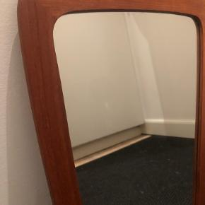 Retro teak træ spejl. Flot stand med spejl intakt.  46x29