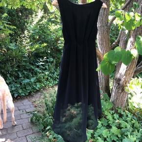 Brugt meget få gange  Uden brugstegn  Super fin sort kjole fra Vila.  Med skjult lynlås i siden  Falder flot :)