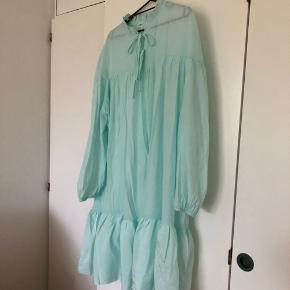 Super smuk mintgrøn kjole. Ikke så gennemsigtig sommeren ser ud. 💧  Virkelig fin med flæse forneden og sløjfer i halsen. 👌💕