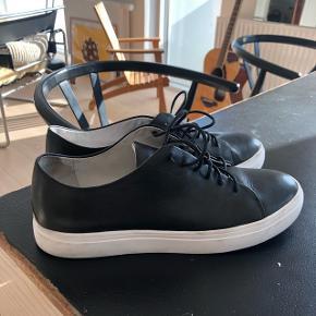 Yngve sneakers fra Tiger of Sweden. Elegant sneaker i sort skind og hvid gummisål - aldrig brugt, da den er lidt for lille. Nypris 1400 kr.