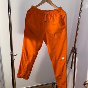Asics X Kiko Kostadinov bukser med ankel-lynlås og lommer. Brugt en enkelt gang til optræden. Unikt collab mellem det tidsløse sportsmærke og den ungarske designer. Nypris 1.000kr. Kan købes med jakke inkluderet for 1300kr. Skriv endelig, hvis du har nogle spørgsmål.