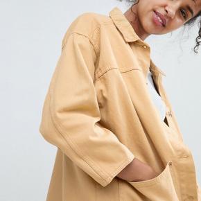 Flot denim jakke fra Monki Farven er pastelgul agtig :)