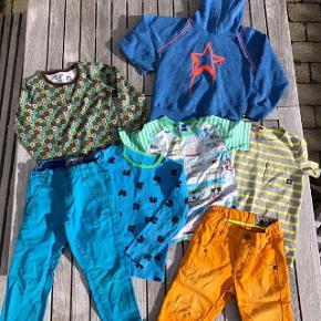 Molo, Hollys, Katvig. Tøjpakke i str. 5 år Bukser, shorts, t-shirts, bluse og hættetrøje Oprindelig købspris: 2000 kr.  Tøjpakke fra lækre mærker som Molo, Hollys og Katvig. Passer til dreng str. 5 år.  Der er fede orange Molo jeans shorts i fin stand, En stribet t-shirt (dog i str. 6 år) i gul og grå, den er kun lidt brugt, men der er til gengæld kommet lidt grålig maling på forsiden nederst, ikke at det betyder så meget. Lækker Katvig bluse i dejlige farver, fejler intet, Fin blå Holly bluse med kløverblomster, der dog har en plet på ærmekanten. Molo tee med badehuse, den er godt brugt men er stadig skøn, har et lille hul ved mærket i nakken. Turkisblå chinos i flot snit, det venstre knæ dog med slidtage (næsten hul). sidst en lækker hættetrøje fra Molo, blå med orange kanter og stjerne.stoffet på denne er meleret og med nister i, der ligner fnuller. Samlet pris for alt dette er: 175 kr pp