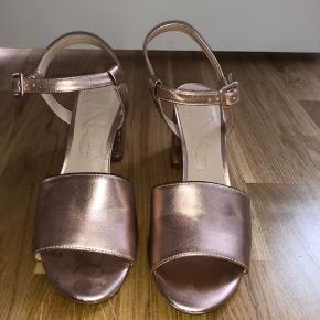 Får desværre ikke brugt disse finde sko. Købt på en ferie i Spanien, men kun brugt til en forfest.