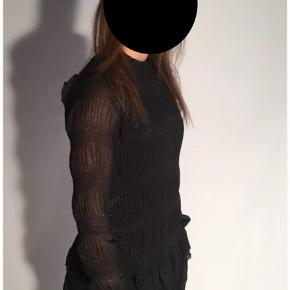 Flotteste kjole fra Neo Noir sælges, da jeg ikke får den brugt. Det er en størrelse small og er købt til 599 kr.   Der er en underkjole under, og den er derfor ikke gennemsigtig at have på. Derudover er den vasket en enkelt gang, men ses ikke på stoffet.   Kan sendes på købers regning🌸