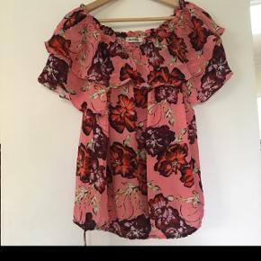 Sælger denne flotte mosh mosh trøje da jeg desværre ikke får den brugt.  Perfekt stand   Nypris var 800kr og vil derfor gerne så tæt på nypris som muligt :)   Str medium