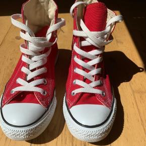 Røde Converse sko str. 38. Brugt 2 gange, fremstår som nye.   150kr.