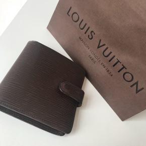 Louis Vuitton pung, ny pris $600 = 3.900 kr., pungen er slidt. Ønskes den sendt, betaler køber fragt.