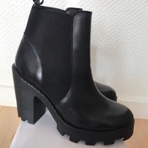 De populære og lækreste støvler fra Pieces! Nyprisen var 900-1000 kr. Str 36 og aldrig brugt. 🤩🌸
