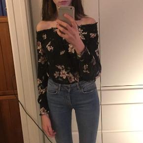 Sort off shoulder med lange ærmer og støved lyserøde blomster fra Gina Tricot🌸  Np: 200/250 kr (kan jeg ik huske) Mp: 45 kr