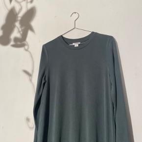 Mega lækker og blød Tuborg grøn kjole fra Monki som sidder løst