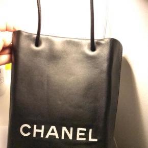 Varetype: Håndtaske Størrelse: 22x15 Farve: Sort Prisen angivet er inklusiv forsendelse.  Mp 4700kr Kvittering haves ikke  Aut kort medfølger