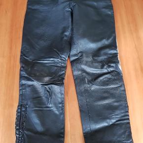 Varetype: Bukser Farve: Sort  Et par fine bukser i S. Det er 7/8 længde. Kanten i buksebenene er gået op men skal bare limes. Ellers fejler de intet.
