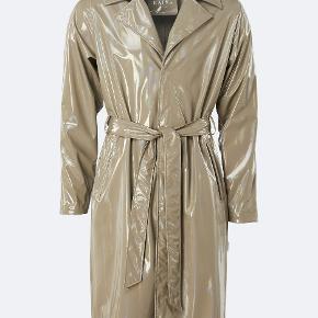 Holographic overcoat fra Rains i størrelse xs/s. Den er købt for en måned siden og kun brugt 3 gange, så den er som ny. Nypris er 1099 og vil helst have 700kr for den.