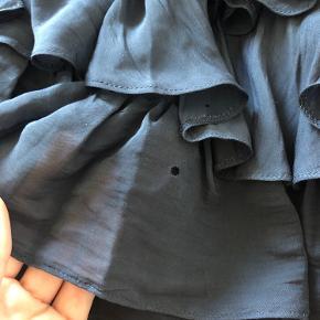 Sælger denne ruffle nederdel fra mango - den er brugt en del og har derfor fået et hul, som vist på billedet og så er nogle af trådene løbet i syningerne. Bytter ikke