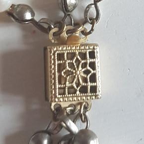 Smuk perlekæde med guldlås sælges.måler 45 cm