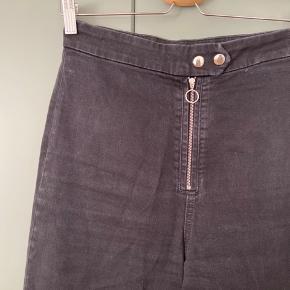 Smukke jeans fra & Other Stories i str 38 sælges! Sidder rigtig flot på. Jeansene har ikke store tegn på slid og fremstår i god stand! Har lynlås og to trykknapper
