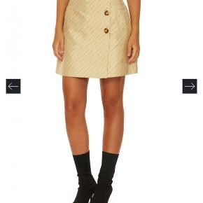 Fineste nederdel, sælges da den desværre er for stor (jeg er en small)  Bytter gerne til en str. mindre (i ca. samme stand)