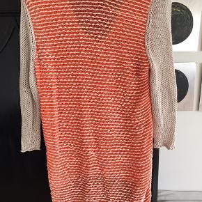 Bluse fra Helmut Lang, str.M, beige & orange. God men brugt. Stadig masser af gode dage i. Nypris 1700,- sælges for 200,-