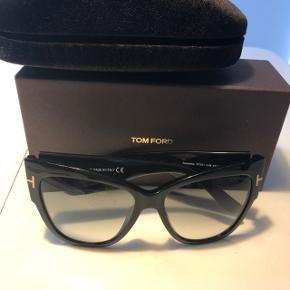 Tom Ford solbriller brugt få gange. Model Anouska sunglasses. Gradvist udtonet glas. Katteøje. Str 57. Bredde: 14.5 cm Np: 3000kr Etui medfølger og boks.