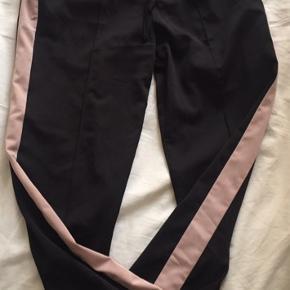 Velholdte bløde sorte bukser m/nuderosa strib og bindebånd