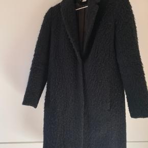 Sort frakke med ikke synlige knapper Jakken er brugt en sæson, men i god stand