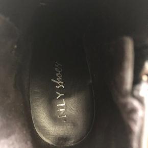 Støvler med hæl fra Nelly Shoes. Brugt 4-5 gange.  Fra røg- og dyrefrit hjem 🌸