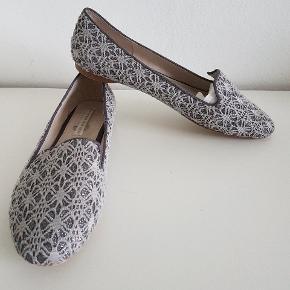 Oprydningssalg🎉☀️ Fine hyttesko/flats/loafers fra Stylesnob. Grå med glimmertråd. I fin stand og ikke brugt særlig meget.