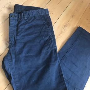 Blå bukser sælges fra Tiger of sweden. Det er en str 46.