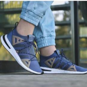 """Adidas Arkyn i farven """"Raw Steele"""" i str. 37 1/3. Skoene svarer til en str. 37. Skoene er brugt 2 gange, da de simpelthen var for små. Nypris var 1100kr."""