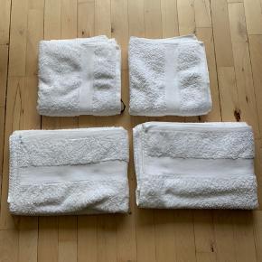 Håndklæder i egyptisk bomuld - aldrig brugt, vasket én gang.  2 x størrelse 70x140cm 2 x størrelse 50x100cm  Samlet pris: 300kr.