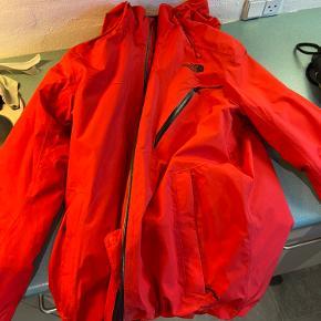 Super lækker ski-jakke fra The North Face. Fejler ingenting, kun brugt 1 uge. Massere fede og praktiske detaljer, samt luksus pris.