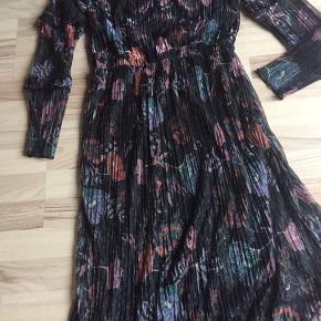 Ny kjole m let og luftig  gennemforet   Nedsat  Ny pris over 300