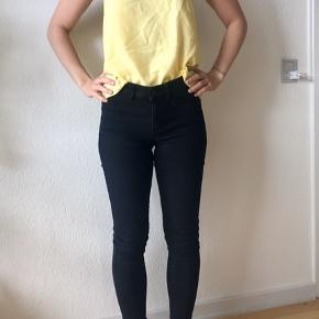 Små i størrelsen, passer S/M. Meget stræk i.  Både bukser og den gule top er til salg. De andre tøjdele sælges seperat på min profil. Kan også sælges samlet.