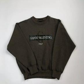 Sjælden vintage valentino sweatshirt i medium, fitter småt  Kan bruges af begge køn, tjek min side for flere lignende varer :-)  Farven er mere mørkegrøn i virkeligheden end brun