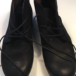 Sko-støvler i ruskind fra mærket Lofina. Ny pris var 1000 kr, og skoene er kun brugt nogle gange, da det var et fejlkøb.