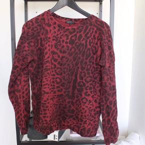 Rød bluse fra Moss Copenhagen med leopard mønster
