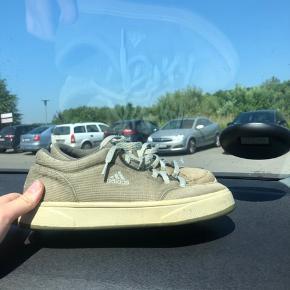 Vintage sko fra adidas, der er lidt fnuller fra et par sokker men ellers er de som nye😁