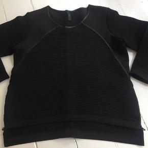 Flot trøje med lynlås i hver side