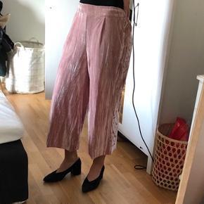 Korte lyserøde bukser i nervøst velour. Brugt få gange