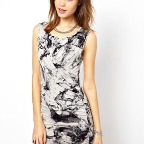 Fin kjole fra 2nd day . Aldrig brugt og stadig med tags. Brystmaal: 40 cm på tværs fra armhule til armhule + strech, dvs 80 cm i omkreds + strech. Længde: 88 cm fra nakken og ned. Søgeord: bodycon dress kjole Marple creme grå mønstret mønster batik tie- dye mini midi strectch