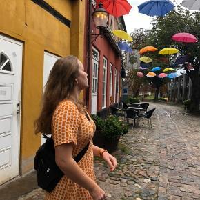 Sælger min smukke sommerkjole fra Moss Copenhagen i en str. M🧡 den er brugt få gange, og fremstår ny!