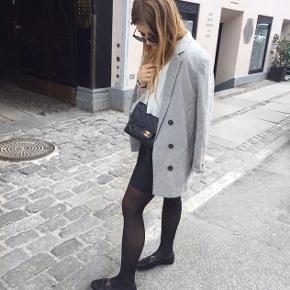 H&M blazer i grå næsten ikke brugt   Størrelse: S   Pris: 150 kr   Fragt: 37 kr ( 33 kr ved TS handel )   Tager ikke mål af blazeren, det er mig som er på billedet