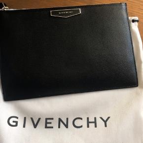 Givenchy pouch med indbygget kortholder. Den er generelt i super god stand, dog skal det bemærkes, at der på logoet er opstået lidt slitage - se billede   Dustbag og pose medfølger