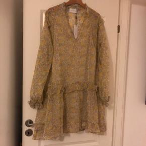 Super fin kjole, med tilhørende underskolen. Sælger den fordi, den er desværre ikke er god, til min hudfarve.