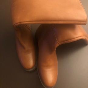 Nye flotte læderstøvler str. 36/37 måler 24cm indvendig  Prøvet på men min datter voksede ud af støvlerne  Gummisåler og vatforet skin  Se mål for skaft på billede    #tuesdaysellout